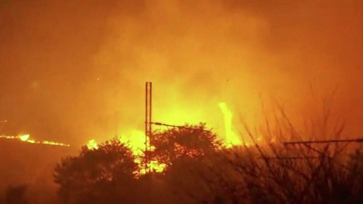 Η φωτιά πέρασε την Εθνική Οδό στον Άγιο Στέφανο