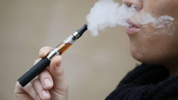 Ατμιστές: Εισπνέουν χαμηλότερα επίπεδα τοξικών ουσιών από τους παραδοσιακούς καπνιστές