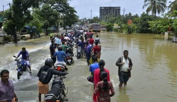 Ινδία: 324 οι νεκροί από τις πλημμύρες