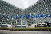 Κομισιόν: Βελτιώνονται η απασχόληση και η κοινωνική κατάσταση στην ΕΕ