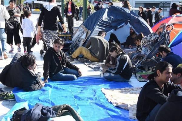 Πρόσφυγες από τα Εξάρχεια κατασκηνώνουν στο Σύνταγμα