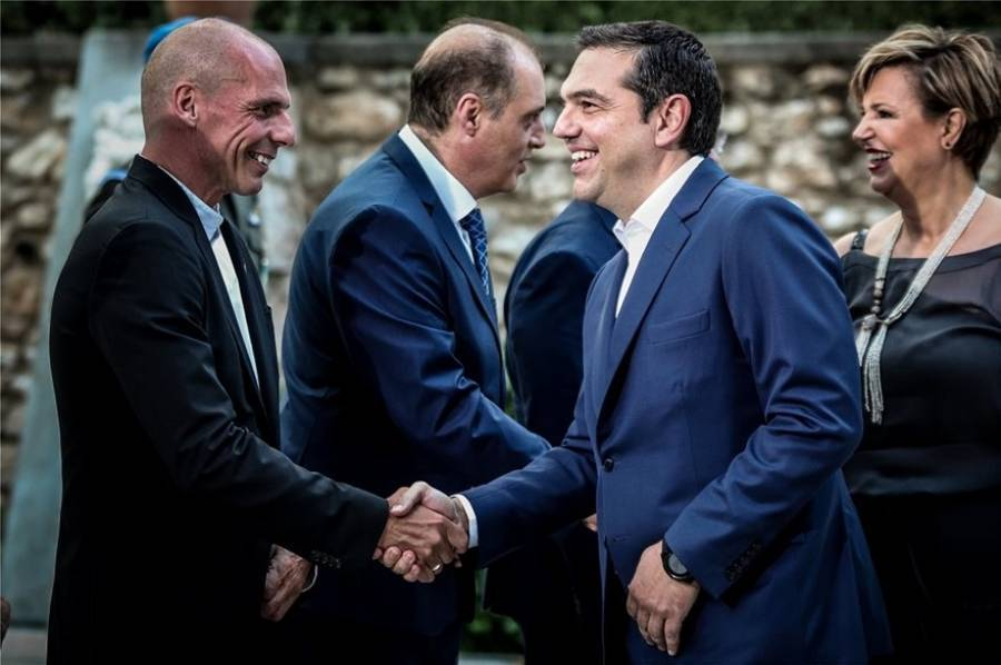 Τα πονηρά χαμόγελα και η θερμή χειραψία Τσίπρα - Βαρουφάκη στο Προεδρικό