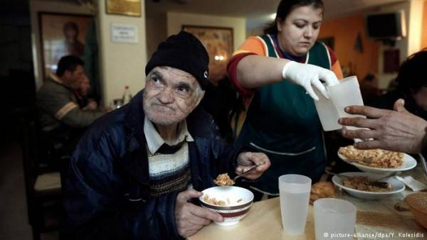 DW: Η κρίση αφήνει τους Έλληνες πεινασμένους και τα υποσιτισμένα