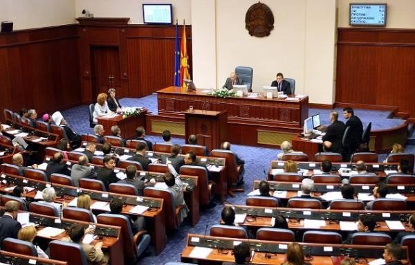 Βουλή ΠΓΔΜ: Με φωνές για «προδοσία» η υπερψήφιση της συμφωνίας