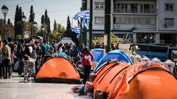 Την απομάκρυνση των προσφύγων από το Σύνταγμα επιχειρεί η ΕΛΑΣ